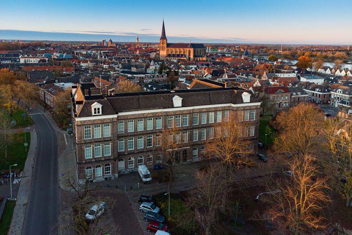 De voormalige hbs is inzet geworden van een spelletje handjeklap met de Kamper gemeenteraad.