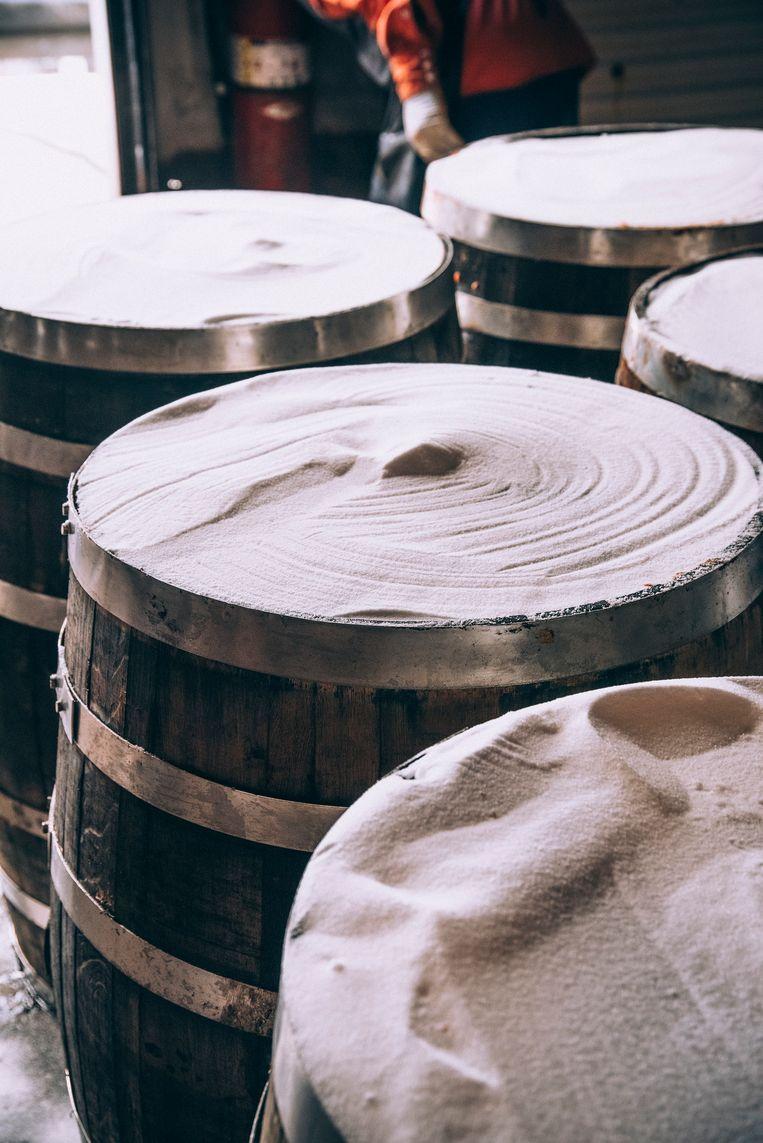 Het mengsel van peper en zout wordt drie jaar lang in eikenhouten whiskyvaten bewaard. Beeld ERICWOLFINGER