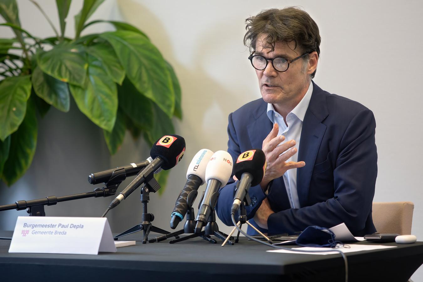 Burgemeester Paul Depla tijdens de persconferentie maandag