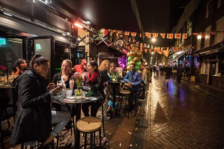 Cafébezoekers buiten het café. Bij de invoering van de Alcoholwet was er even minder aandacht voor ventilatie. Beeld ANP
