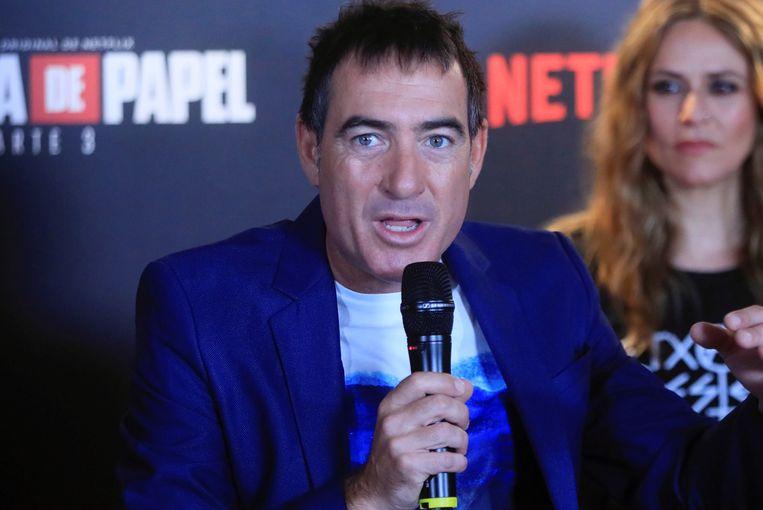 De Spaanse bedenker en Alex Pina van de Netflix hitreeks 'La casa de Papel' bij de première in Madrid. Beeld EPA