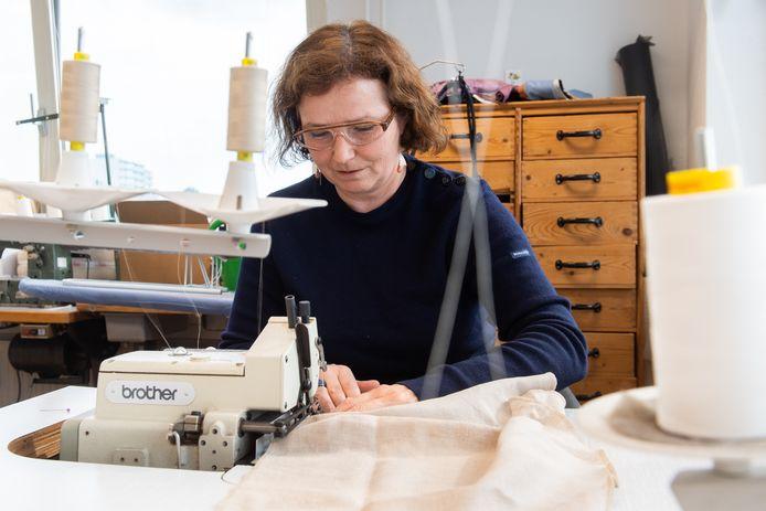 Breda  -Pix4Profs/René Schotanus. Duurzaam kledingontwerpster Rianne de Witte aan het werk in haar atelier.