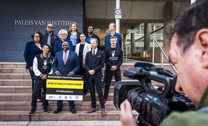 Mpanzu Bamenga (vooraan in het midden) woensdagochtend bij de rechtbank in Den Haag