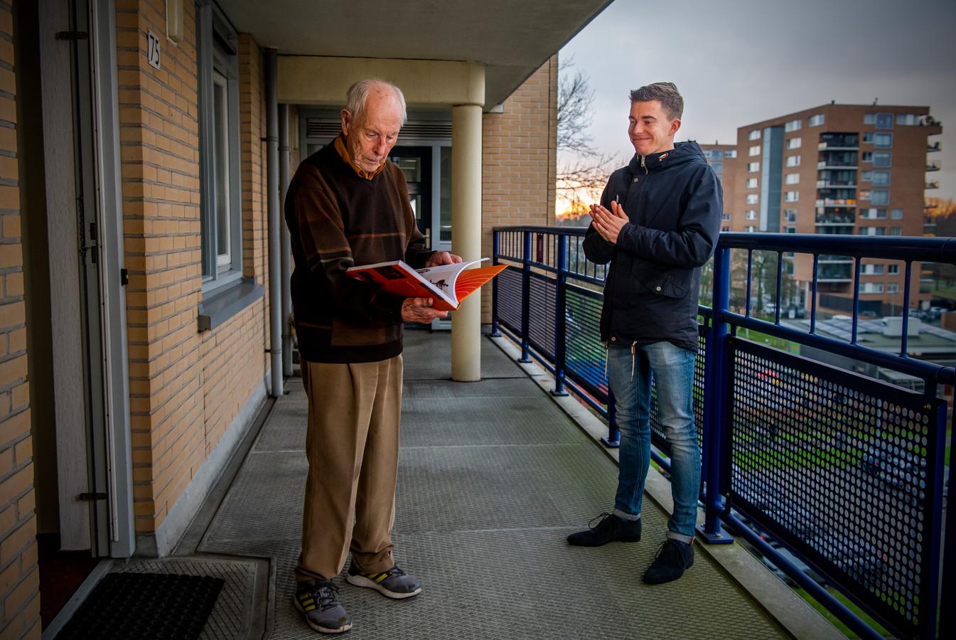 Pim Bijl (rechts) schreef een boek over de jubilerende atletiekvereniging Pac Rotterdam. Hij overhandigde het eerste exemplaar aan erelid Willem Witvliet, omdat hij een van de hoofdrolspelers was.