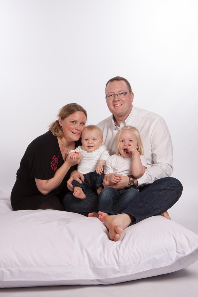 Vader Jurgen en moeder Dominique met baby Jasper en zus Jana in 2012.
