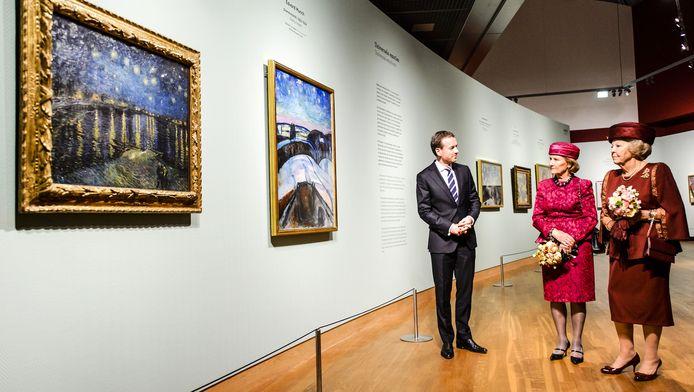 Prinses Beatrix en koningin Sonja van Noorwegen tijdens de opening van de tentoonstelling Munch in het Van Gogh Museum.