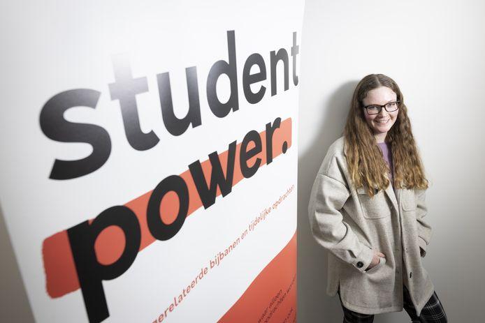 Anne Koolen, jonge (23-jarige) investeerder - dochter van ondernemer Kees Koolen - die Student Power heeft overgenomen. Student Power is een soort digitaal uitzend/-bemiddelingsbureau,brengt studenten en bedrijven bij elkaar voor een baan of stage.