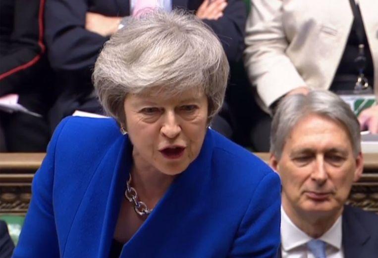Premier May werd woensdag, een dag na haar grote Brexit-nederlaag, opnieuw onder vuur genomen in het parlement.  Beeld AFP