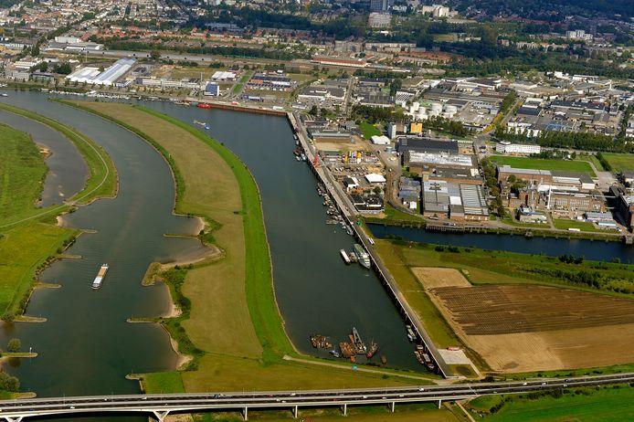 De biomassacentrale komt uiterst rechts op het grasveldje aan de voormalige Akzohaven de afgesloten zijarm van de zich parallel aan de Rijn bevindende Nieuwe Haven.