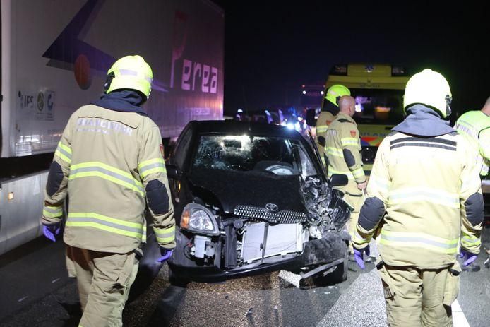 Twee vrouwen zijn vannacht gewond geraakt bij een aanrijding met een vrachtwagen op de A1.