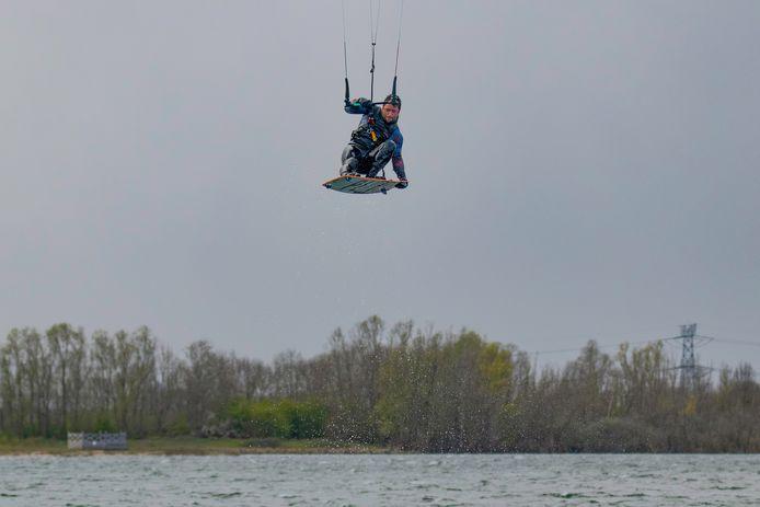 Kitesurfen op de Kraaijenbergse Plassen.