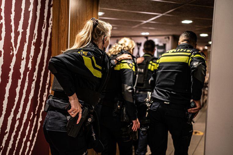 Gewapende agenten doen een inval in een McDonald's op de hoek van de Lange Leidsedwarsstraat en de Leidsestraat in Amsterdam. De politie vermoedde dat de verdachte zich hier zou bevinden, maar dat bleek niet het geval. Beeld Joris van Gennip