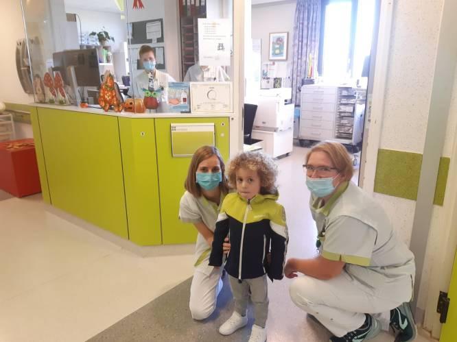 """Kaïs (4) mag het ziekenhuis verlaten: """"Hij speelt en zingt, maar is nog niet helemaal de oude"""""""