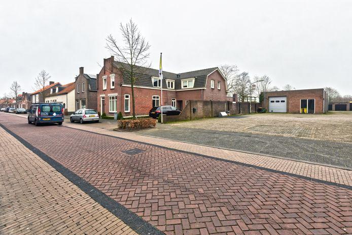 Het gebouw rechts in beeld zou moeten wijken voor de verbindingsweg vanuit de nieuwe wijk richting Oranjestraat, de straat voor in beeld. Achter de Oranjestraat worden honderd nieuwe woningen gebouwd.