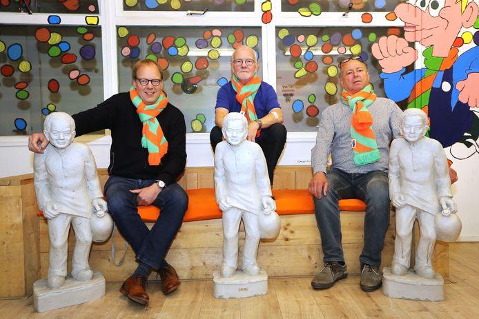 Bij Carnavalsstichting Tilburg zijn ze toe aan het gieten van de laatste betonnen kruikenzeikers. Van links naar rechts: Patrick Dewez, Ton de Beer en Chris Emmers.