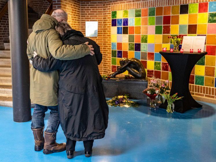 Tranen, bloemen en een boek bij 25e herdenking Schegramp in Deventer