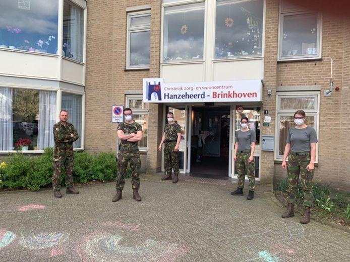 Militairen zijn het woonzorgcentrum Birkhoven in Heerde te hulp geschoten omdat er door coronabesmettingen te weinig personeel is overgebleven om de bewoners te kunnen verzorgen.