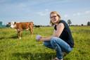 Jacobien Wichers met 500 gram rundvlees in de hand van hun eigen koeien.