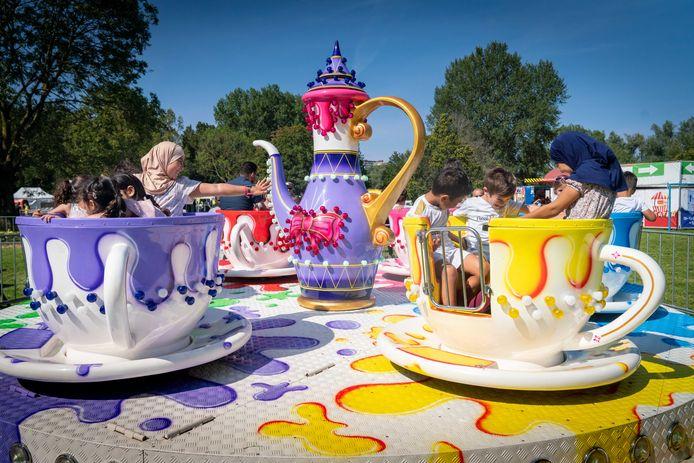 Bezoekers vermaken zich in de ronddraaiende theekopjes tijdens het Ramadan Kinderfeest in het Arnhemse park Immerloo.