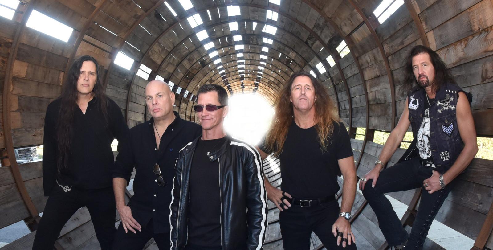 De band Metal Church met Mike Howe in het midden