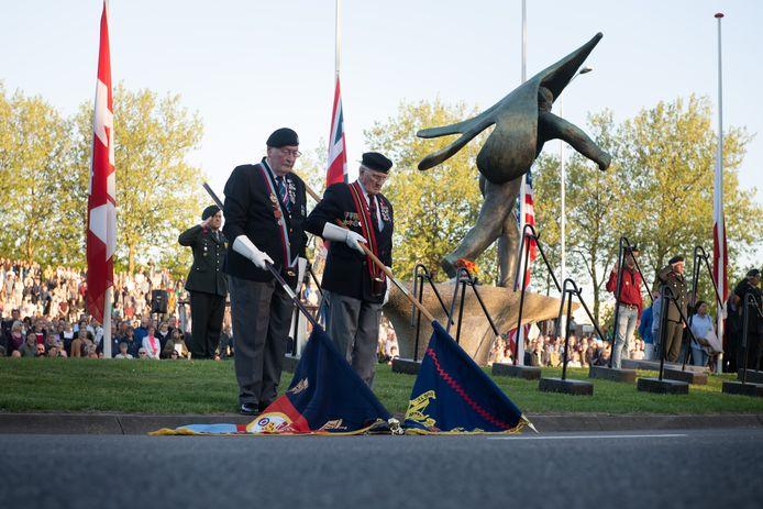 Dodenherdenking bij monument De Vaandeldrager op het Keizer Trajanusplein twee jaar geleden. Dit jaar is er geen publiek bij de herdenking.