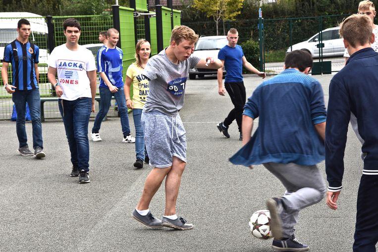 Tijdens de pauze speelt Joeri voetbal met zijn vrienden.