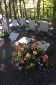 Heftig protest tegen ruimen katholieke graven in Naaldwijk: 'Eigenaar verkwanselt erfgoed'