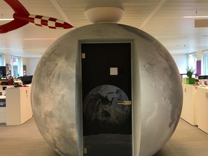 Les bureaux avec, au centre, une petite salle de réunion inspirée par l'univers de Tintin.