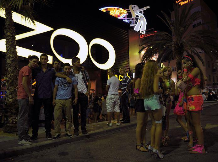 Jongeren bij een discotheek in Lloret de Mar vorig jaar augustus, enkele dagen na een grootscheepse vechtpartij tussen politie en jeugdige toeristen.