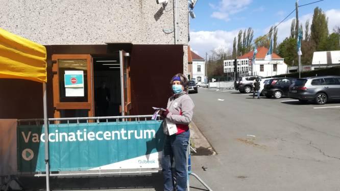 Vrijwilligers Rode Kruis Dilbeek verkopen stickers aan vaccinatiecentrum