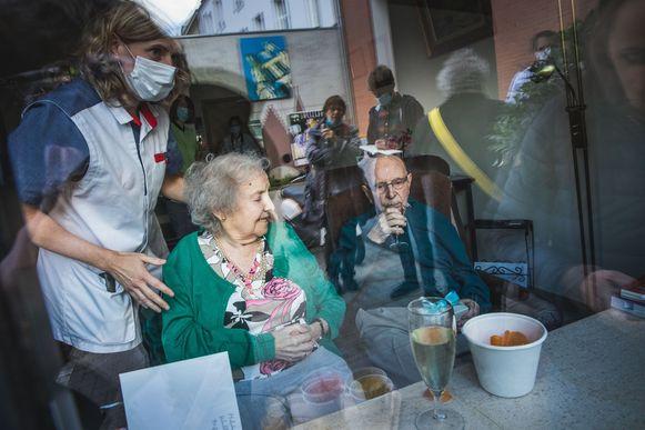 Een raambezoek voor een koppel in Woonzorgcentrum Ter Rive dat 70 jaar getrouwd is, was al mogelijk.