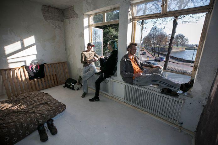 Jeffrey, Lennart en Kevin (vlnr) hebben het vervallen pastoriegebouw van de Sint Cathrienkerk gekraakt