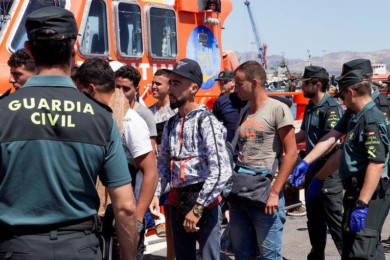De voorbije dagen hebben de Spaanse autoriteiten 1.400 mensen van bootjes gehaald. Beeld EPA