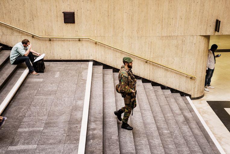 Een militair in Brussel Centraal na de mislukte aanslag in juni vorig jaar, toen een man uit Molenbeek een koffer tot ontploffing bracht. Beeld Eric de Mildt