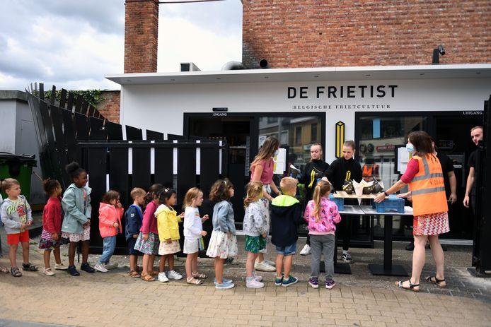 Kinderen van De Regenboog in Kortenberg krijgen frietjes voor de laatste schooldag.