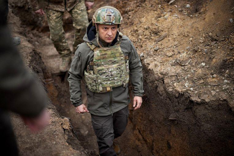 De Oekraïense president Volodimir Zelenski in de loopgraven aan het front in Oost-Oekraïne. Beeld AFP