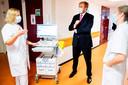 Koning Willem-Alexander besprak en bezag de coronadrukte in het Haagse ziekenhuis HMC Westeinde.