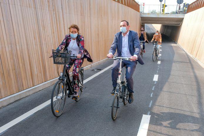 Vlaams mobiliteitsminister Lydia Peeters opende de nieuwe fietstunnel in Sint-Stevens-Woluwe.