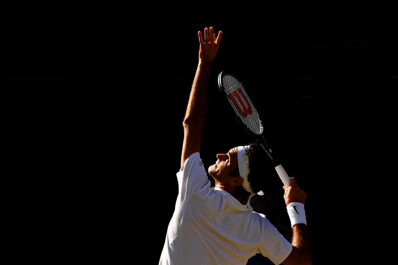 Wimbledon 2017. Roger Federer serveert tegen Tomas Berdych in de halve finale van het grandslamtoernooi. Beeld Getty Images
