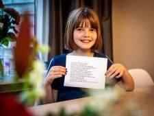 Merel (10) uit Zwijndrecht draagt winnende gedicht voor tijdens Dodenherdenking