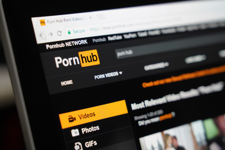 Pornhub ligt al maandenlang onder vuur, onder meer omdat toestemming vaak een probleem blijkt bij video's. Beeld Shutterstock