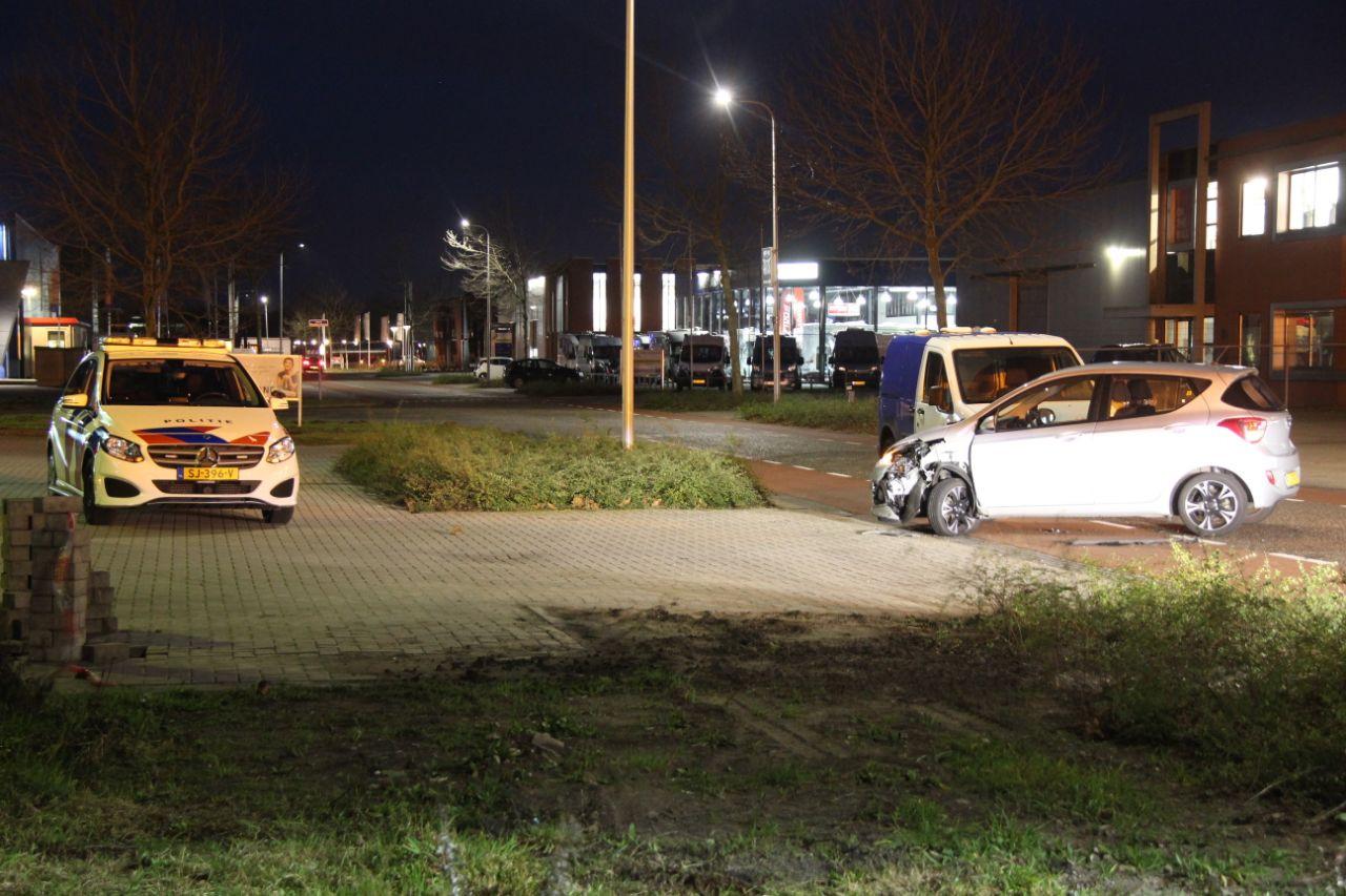 Twee auto's zijn op elkaar gebotst op een kruising in Nijverdal