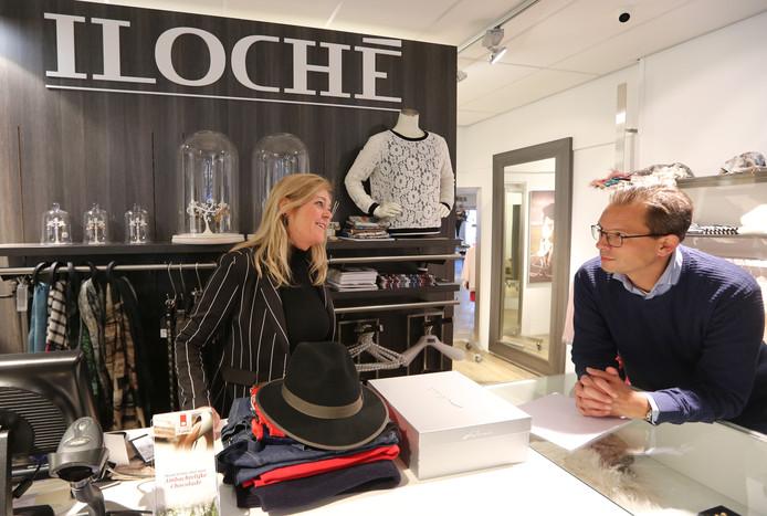 Ilona Huistede vorig jaar in haar kledingwinkel Iloché in gesprek met binnenstadsmanager Remco Feith.
