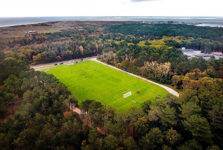 Voor het eerst wordt er op het enige voetbalveld op Vlieland gevoetbald in een officiële KNVB voetbal competitie.  Beeld Jiri Buller