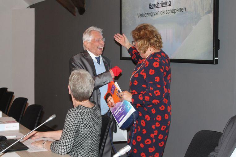 Stefaan Platteau volgt Karina Peeters op als gemeenteraadsvoorzitters. Peeters gaf nog een kleine attentie aan haar opvolger.