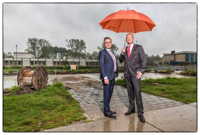 Gerard Bakker (COA) en Jos Wienen (VNG) op de plek waar tot voor kort de woonunits van het azc Katwijk stonden.