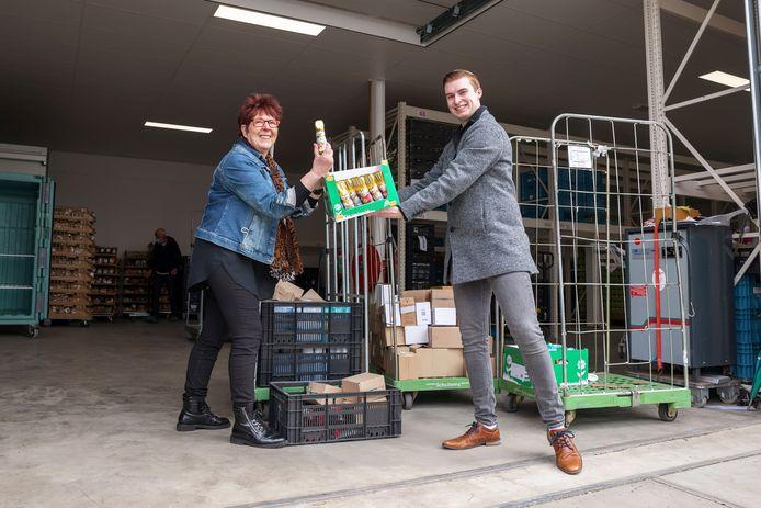 Corrie Damen neemt de spullen, waaronder 80 paashazen, in ontvangst van tambour-maître Timo Tielemans.