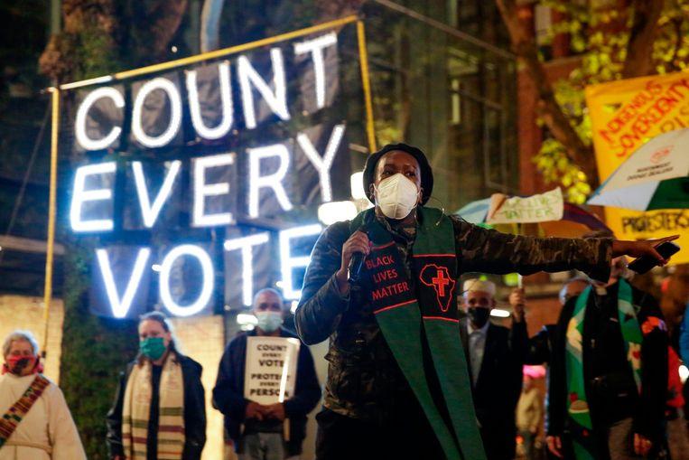 Tijdens een demonstratie in Washington wordt er opgeroepen om elke stem te laten tellen. De betoging is een reactie op de rechtszaken die president Trump in verschillende staten aanspande om het tellen te stoppen. Beeld AFP