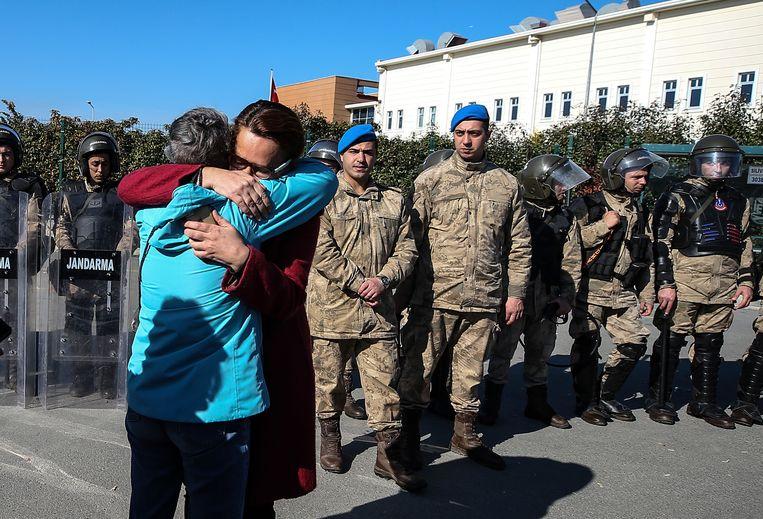 Familieleden en vrienden van Kavala vieren zijn vrijspraak in 2020. Kavala werd een paar uur .  Beeld AP