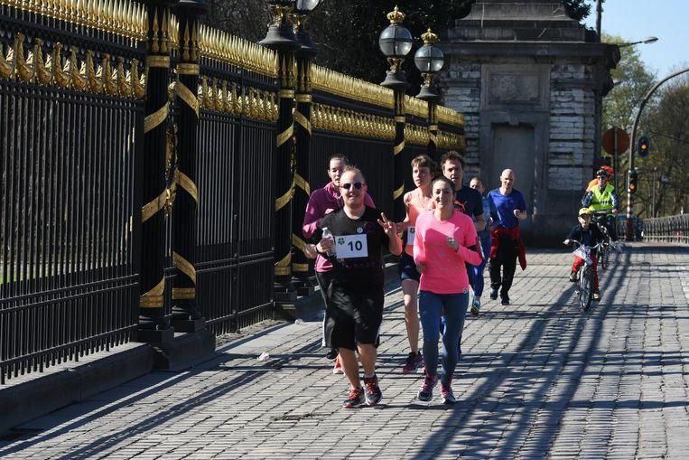 Heel wat joggers passeerden het koninklijk paleis onder een stralende zon.